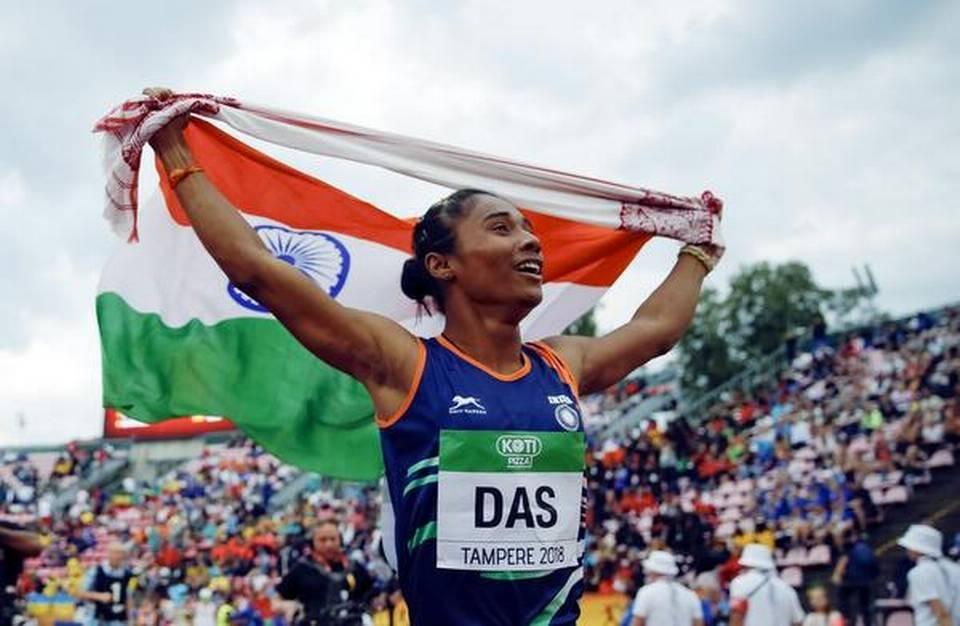 Hima Das, de l'Inde, célèbre sa victoire au 400 mètres féminin aux Championnats du monde U20 de l'IAAF 2018 à Tampere, en Finlande, le 12 juillet 2018.