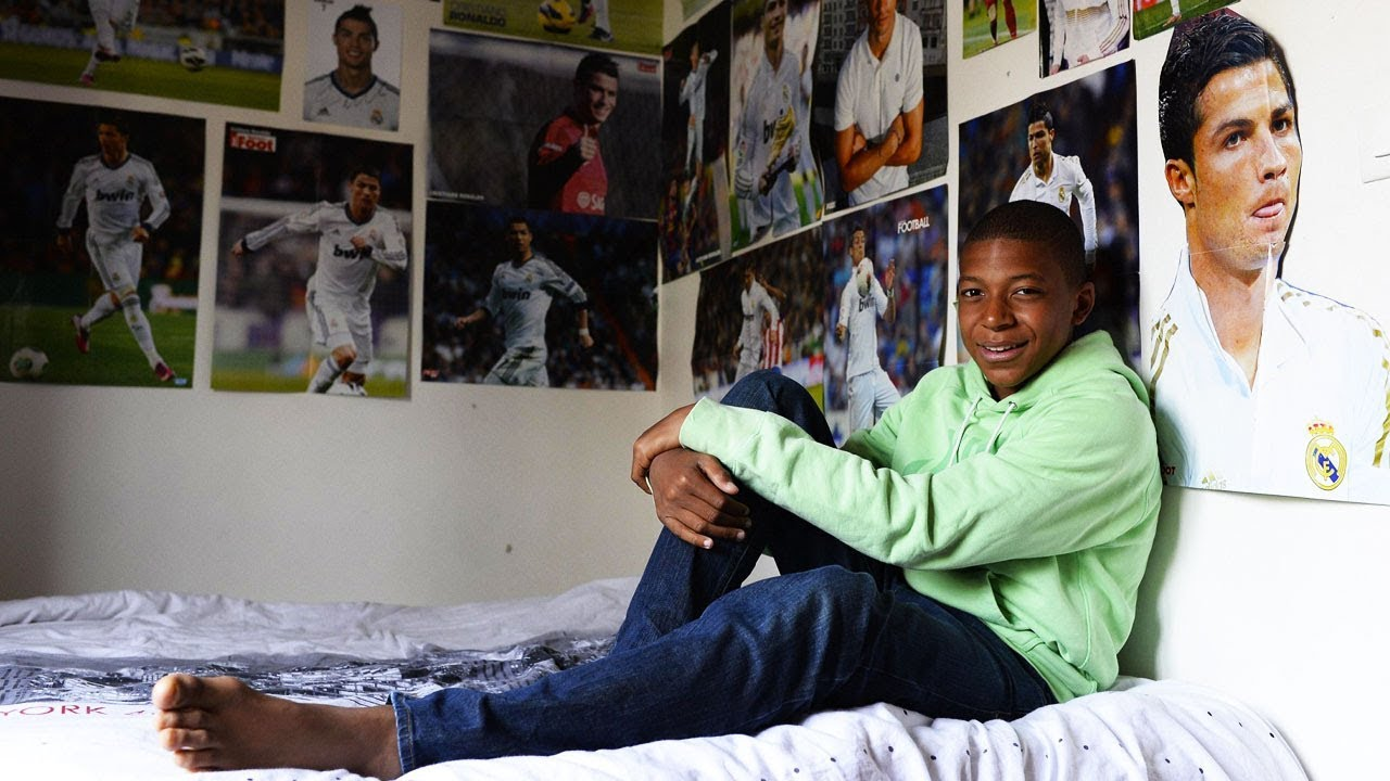 Mbappe à l'âge de 13 ans, entourées des photos de Ronaldo