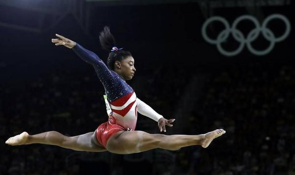 L'Américaine Simone Biles s'exécute à la poutre d'équilibre lors de la finale par équipe de gymnastique artistique féminine aux Jeux olympiques d'été de Rio de Janeiro, au Brésil.
