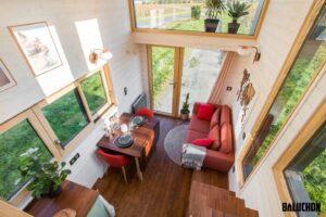 Le salon de l'Ala Köl est doté d'un haut plafond et est lumineux grâce à tous ses vitrages, ce qui flatte l'espace