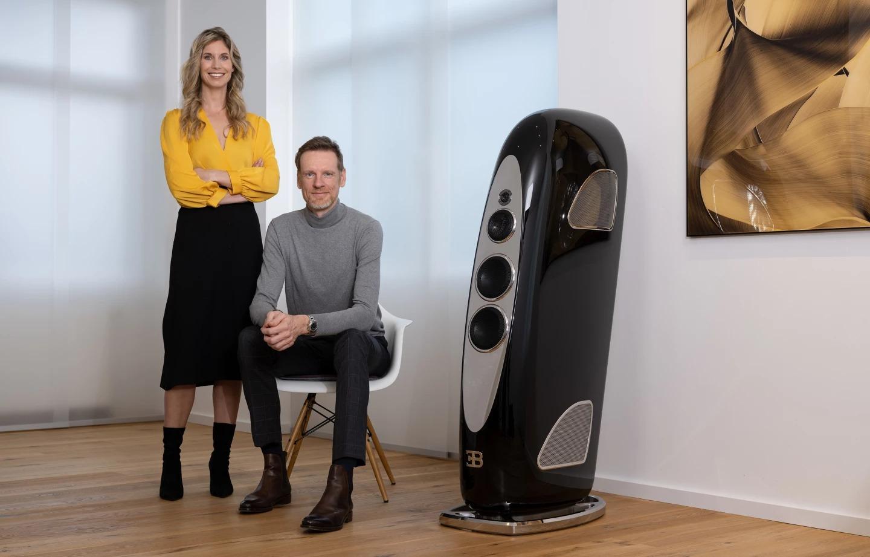 Jörn Janczak, PDG de Tidal Audio, et Miriam Janczak, CMO, avec une enceinte colonne Royale Bugatti