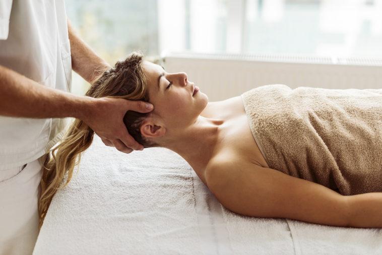 Le massage du cuir chevelu pour stimuler la croissance des cheveux