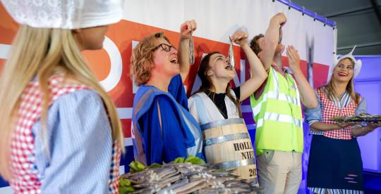 Les employés du site de vaccination GGD Haaglanden prennent un premier hareng du premier baril de Dutch New sur le site de vaccination à côté du stade Cars Jeans à La Haye, aux Pays-Bas, le 15 juin 2021 En raison de la pandémie corona, la vente aux enchères du premier fût de Dutch New dans le port de Scheveningen n'a pas pu avoir lieu pour la deuxième année consécutive.
