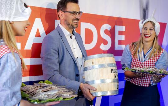 Crédit obligatoire : Photo par Hollandse Hoogte/Shutterstock (12084440b) Le premier baril de hareng neuf est allé au GGD GHOR Pays-Bas, le 15 juin 2021. Le président Andr ? Rouvoet (C) s'est vu offrir le Dutch New sur le site de vaccination à côté du stade Cars Jeans à La Haye, aux Pays-Bas, par le Visbureau néerlandais.