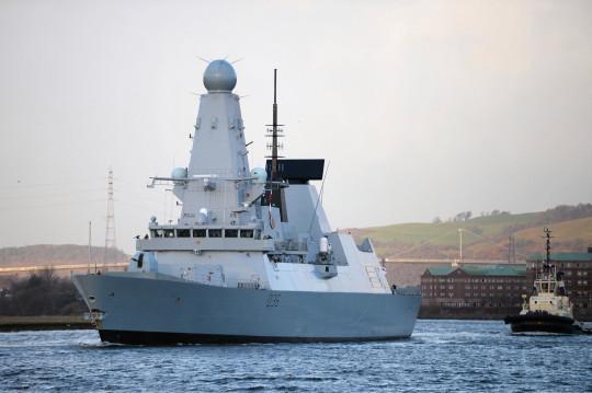 GLASGOW, ÉCOSSE - 29 NOVEMBRE : Le HMS Defender remonte la rivière Clydeon le 29 novembre 2013 à Glasgow, en Écosse. Le HMS Defender est l'un des nouveaux destroyers de type 45 de la Royal Navy et est de retour à Glasgow où il a été construit pour la première fois depuis qu'il est devenu un membre à part entière de la flotte et sera ouvert au public demain. (Photo de Jeff J Mitchell/Getty Images)