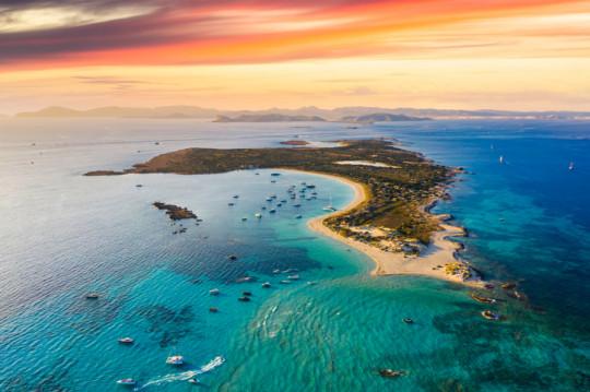 Vue aérienne de l'île d'Espalmador au coucher du soleil, Ibiza. Îles Baléares, Espagne