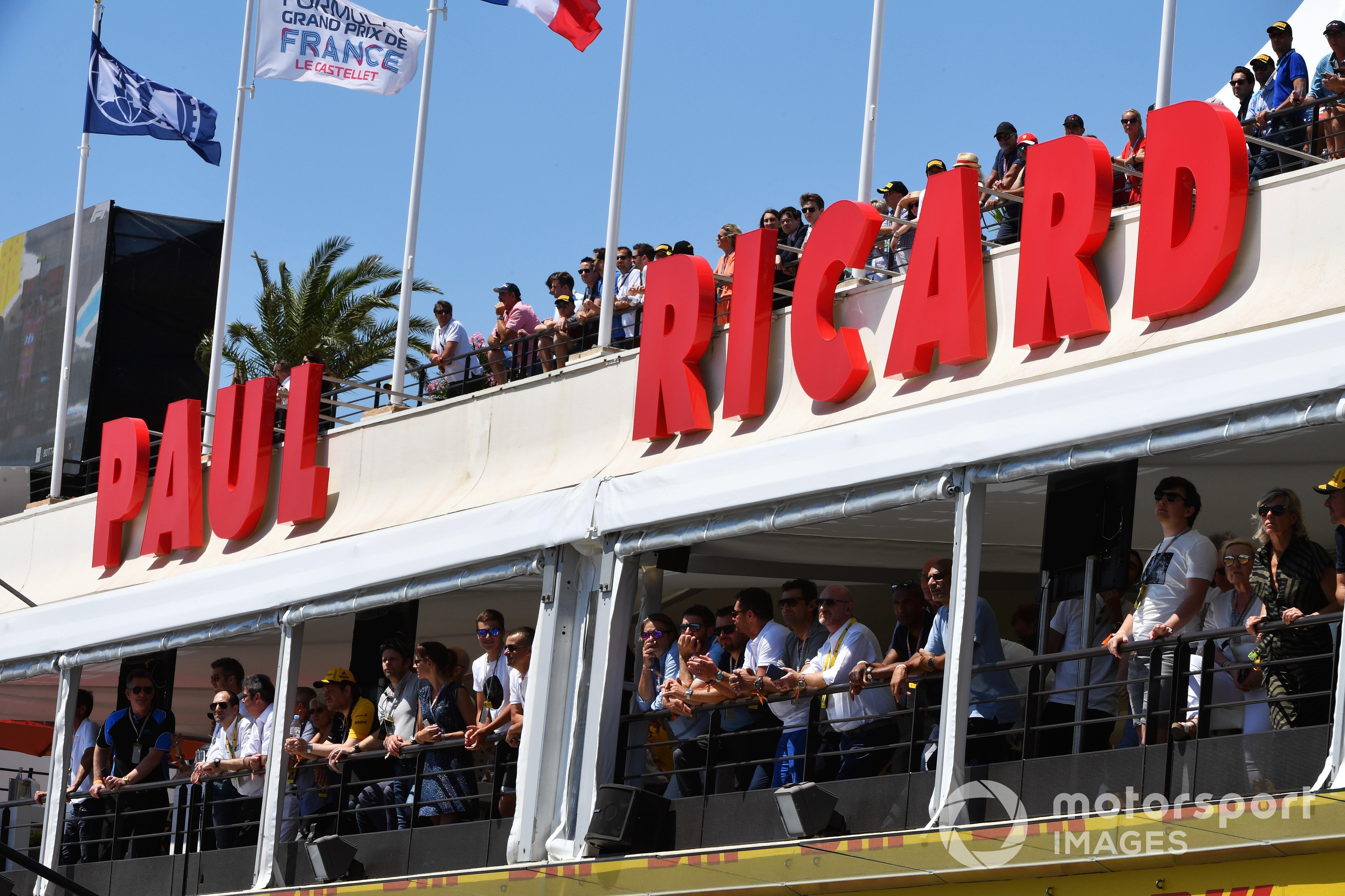 Les supporters regardent les qualifications depuis les terrasses, GP de France 2019