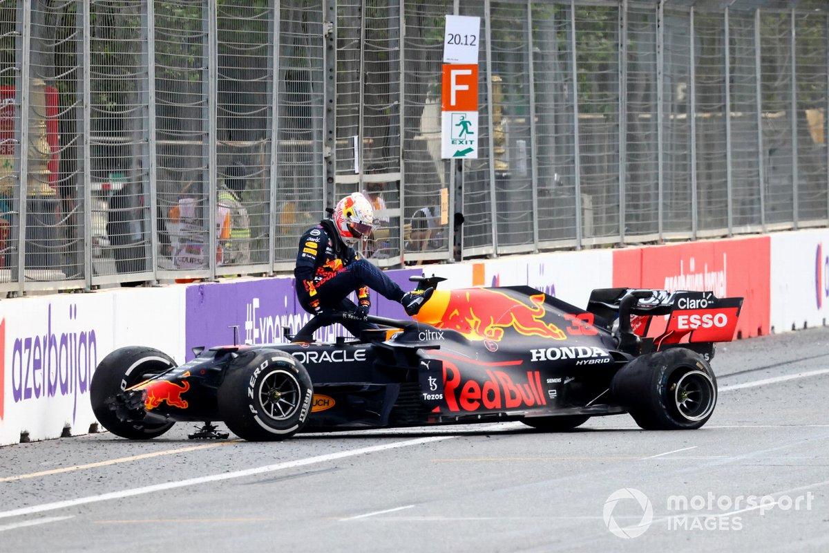 Max Verstappen, Red Bull Racing, sort de sa voiture après une chute en tête