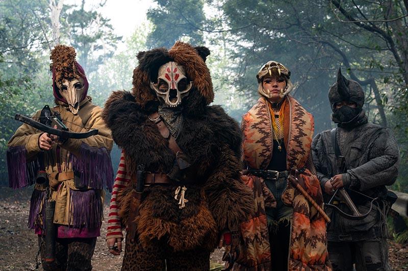 L'armée animale de Sweet Tooth, quatre personnes habillées de costumes d'animaux élaborés.