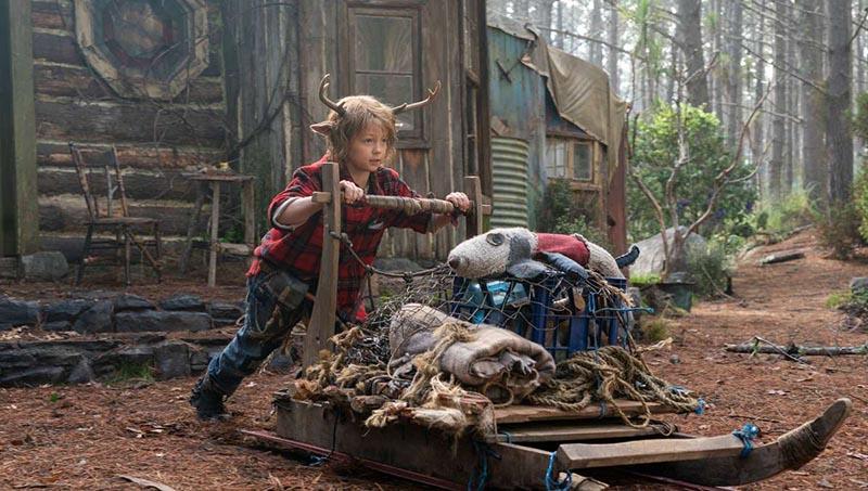 Le garçon cerf Gus (Christian Convery) marche devant ses alliés adultes devant les montagnes dans la saison 1 de Sweet Tooth