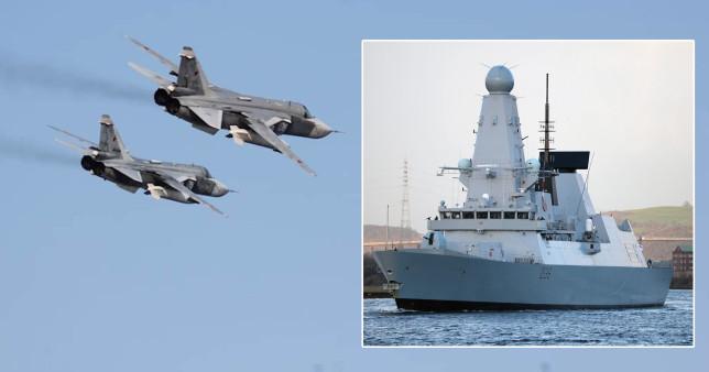 La Russie tire et largue des bombes devant un destroyer britannique près de Crimée