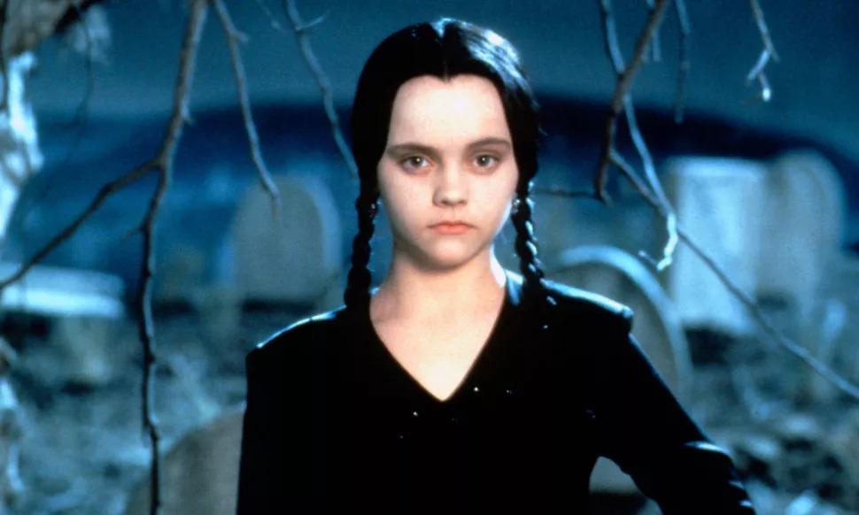 Christina Ricci dans le rôle de mercredi dans le film La famille Addams.