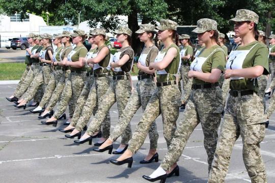 Les photos ont incité le ministre de la Défense, Andriy Taran, à porter des talons lors de l'événement.