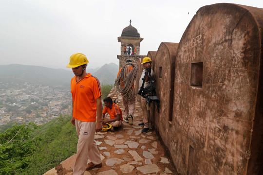 Des membres de la Force d'intervention en cas de catastrophe de l'État mènent une opération de recherche près des tours de guet du fort d'Amer à la périphérie de Jaipur le 12 juillet 2021, après que 11 personnes ont été tuées dans la foudre au fort. (Photo de - / AFP) (Photo de -/AFP via Getty Images)