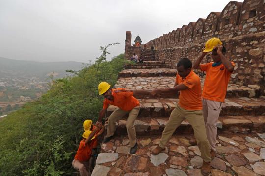 Des membres de la Force de réaction aux catastrophes de l'État mènent une opération de recherche près des tours de guet du fort d'Amer à la périphérie de Jaipur le 12 juillet 2021, après que 11 personnes ont été tuées dans la foudre au fort. (Photo de - / AFP) (Photo de -/AFP via Getty Images)