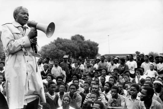 Nelson Mandela s'exprimant lors d'une réunion de l'ANC