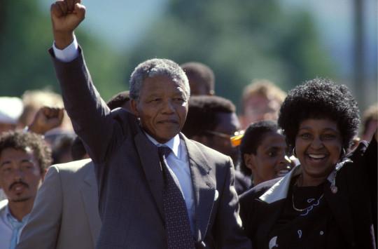 Nelson Mandela et sa femme Winnie célèbrent leur sortie de prison
