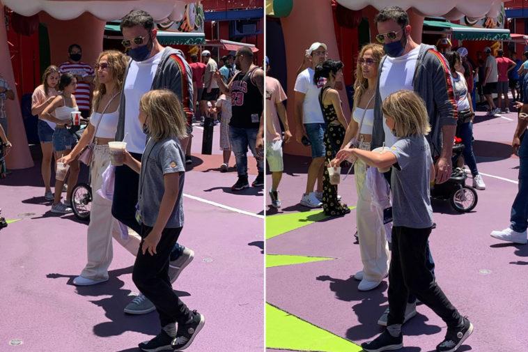 Ben Affleck et Jennifer Lopez photographiésles enfants au parc Simpsons