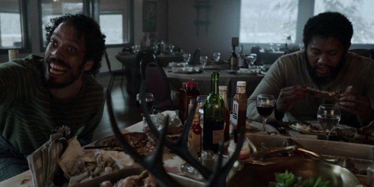 Boone et Spears mangeant un repas somptueux au ski-lodge – .. L'asile