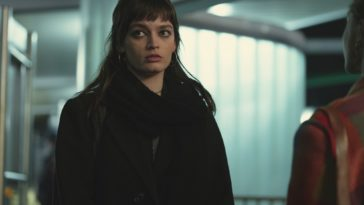 Emma Mackey dans le rôle de Maeve Wiley dans l'épisode 8 de Sex Education Saison 3