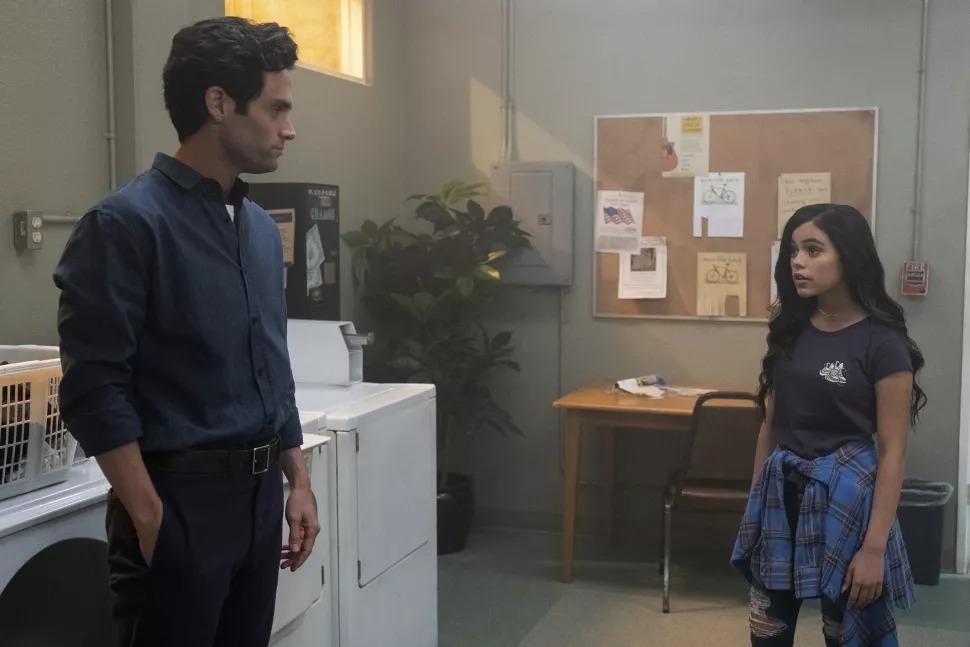 Jenny Ortega avec Penn Badgley dans le thriller Netflix VOUS.